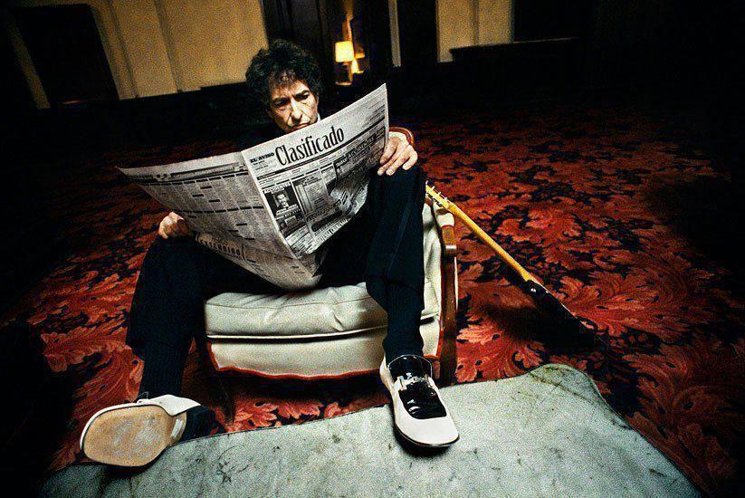 Bob Dylan reads.jpg