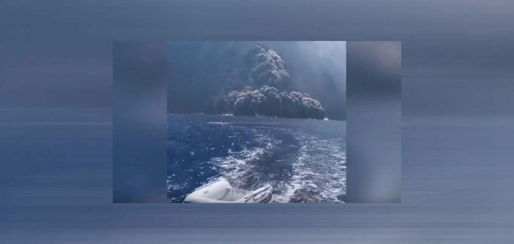 H έκρηξη του ηφαιστείου και το σκάφος που ξεφεύγει από την τέφρα