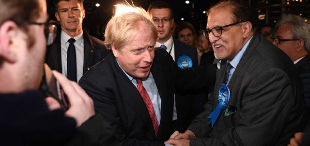 Θρίαμβος Τζόνσον, συντριβή και παραίτηση Κόρμπιν στη Βρετανία
