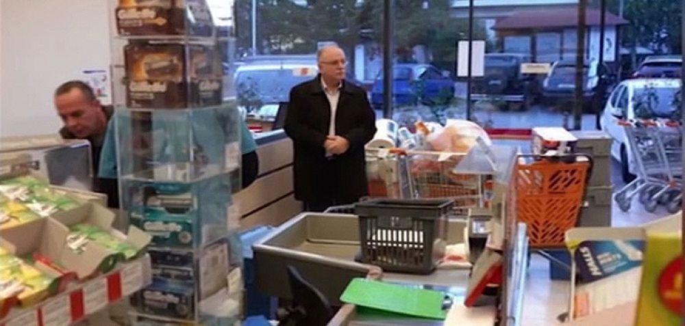 Ο Παπαδημούλης γέμισε τρία καρότσια στο σουπερμάρκετ