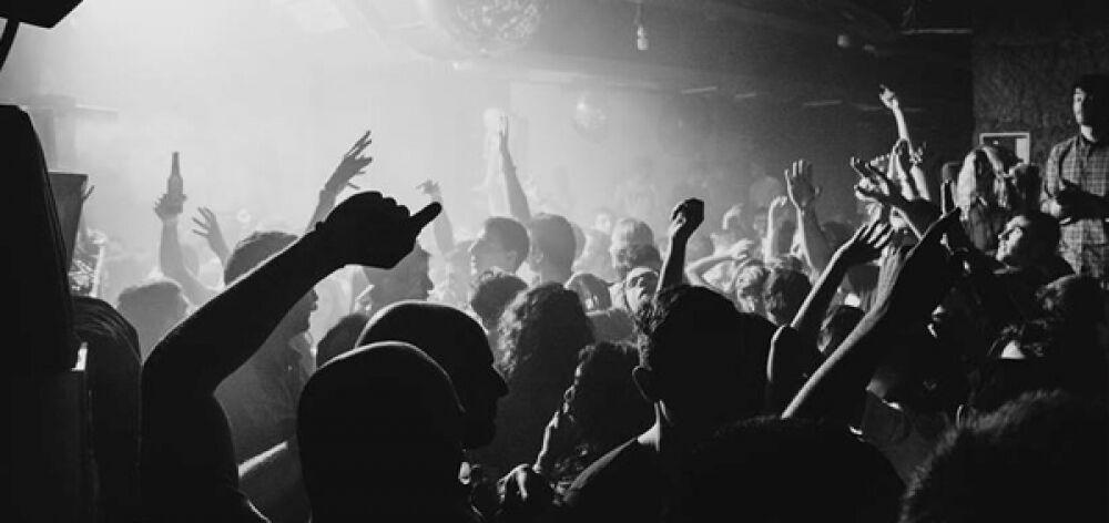 Τι βρήκε η αστυνομία στην καταδρομική εισβολή στο club στο Γκάζι