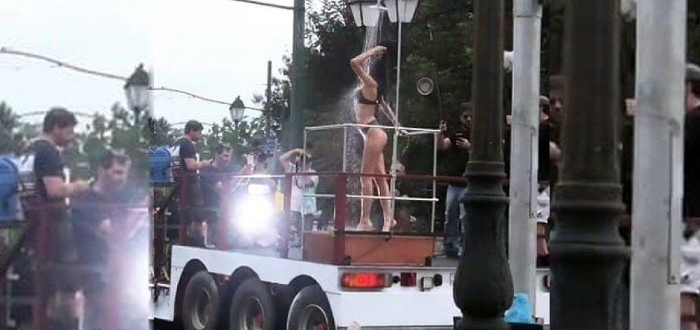 Μοντέλα κάνουν... ντους πάνω σε νταλίκα που τα περιφέρει στην Κηφισίας!