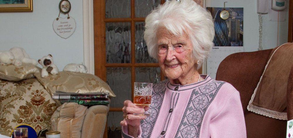 Έπινε ένα ποτηράκι ουίσκι κάθε βράδυ για 60 χρόνια και έφτασε 112
